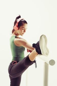 Kobieta w sali tanecznej przy maszynie baletowej