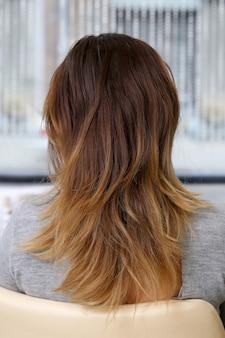 Kobieta w salonie fryzjerskim