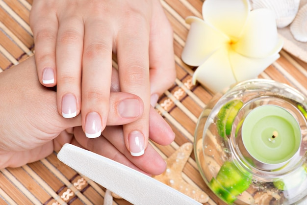 Kobieta w salonie paznokci odbiera manicure przez kosmetyczkę. koncepcja zabiegów kosmetycznych.