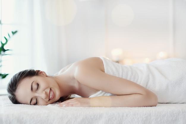 Kobieta w salonie spa