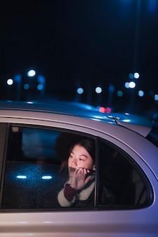 Kobieta w samochodzie przy nicht