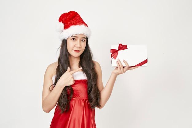 Kobieta w santa kapelusz gospodarstwa prezenty