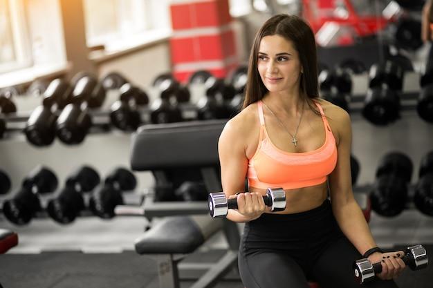 Kobieta w siłowni budynku ciała