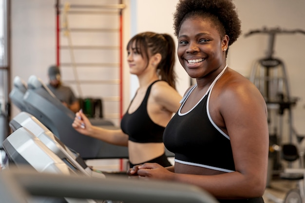 Kobieta w siłowni na bieżni