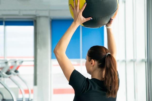 Kobieta w siłowni relaksu z piłką medycyny