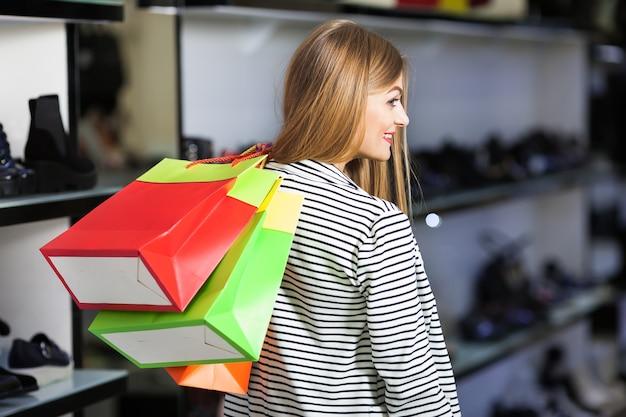 Kobieta w sklepie obuwniczym