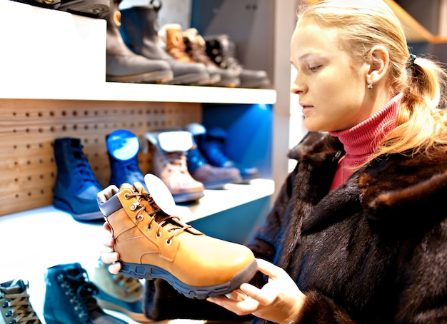 Kobieta w sklepie obuwniczym.
