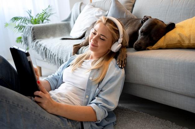 Kobieta w słuchawkach średni strzał