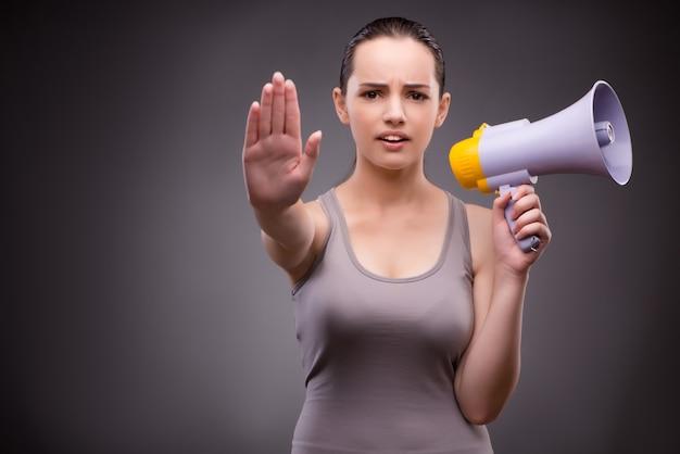 Kobieta w sporta pojęciu z głośnikiem