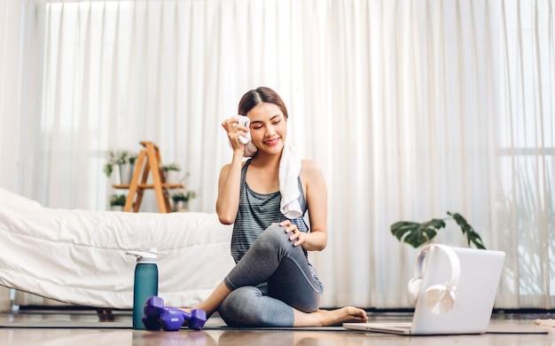 Kobieta w sportowej siedzi relaks i uprawiania jogi