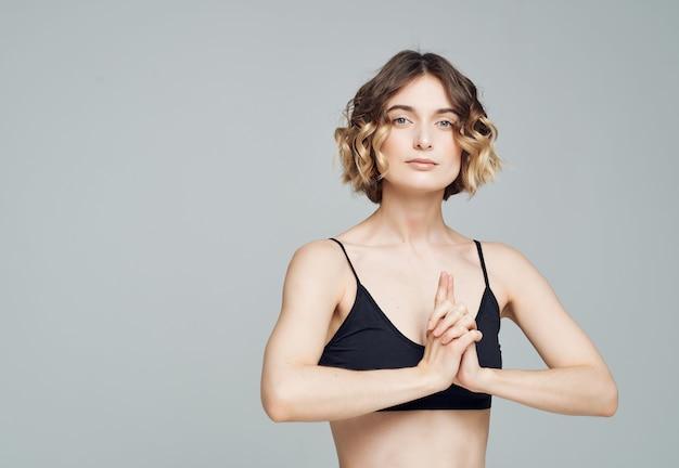 Kobieta w sportowym jednolitym balansie jogi na białym tle