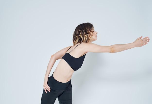 Kobieta w sportowym mundurze ćwiczy fitness szczupłą sylwetkę