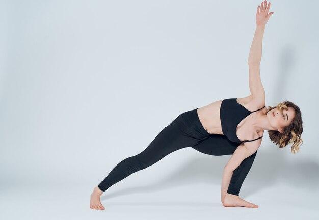 Kobieta w sportowym mundurze treningowym rozciąganie aktywnego stylu życia asana