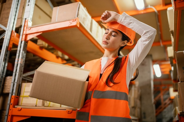 Kobieta w sprzęt bezpieczeństwa w pracy
