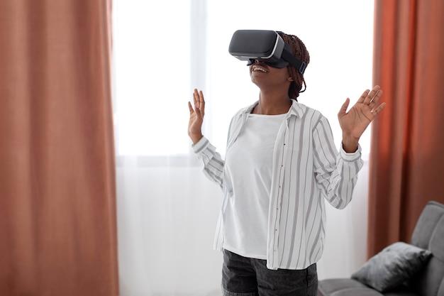 Kobieta w średnim ujęciu doświadczająca wirtualnej rzeczywistości