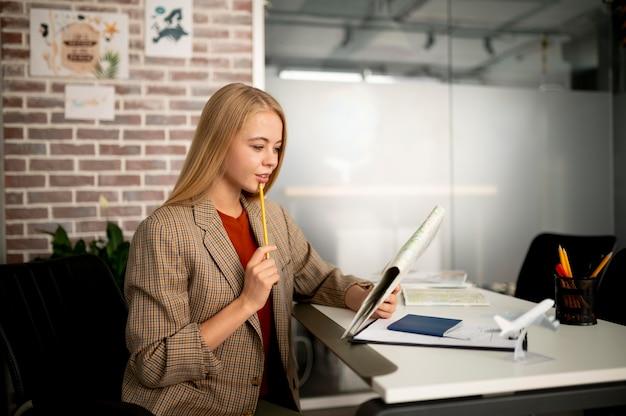 Kobieta w średnim ujęciu pracująca w agencji