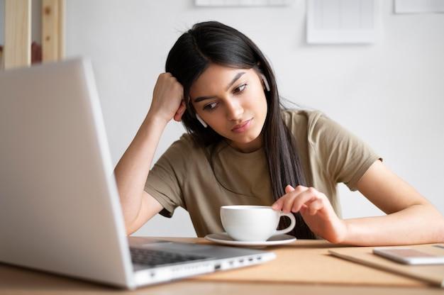 Kobieta w średnim ujęciu przy biurku