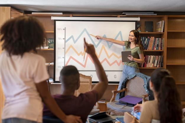 Kobieta w średnim ujęciu robi prezentację