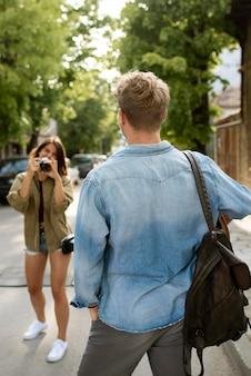 Kobieta w średnim ujęciu robi zdjęcia