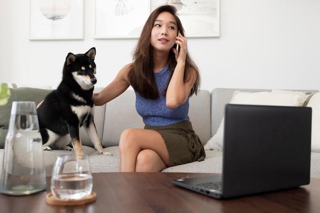 Kobieta w średnim ujęciu rozmawia przez telefon