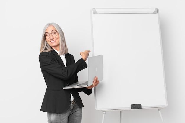 Kobieta w średnim wieku białe włosy z pustej przestrzeni kopii zarządu.