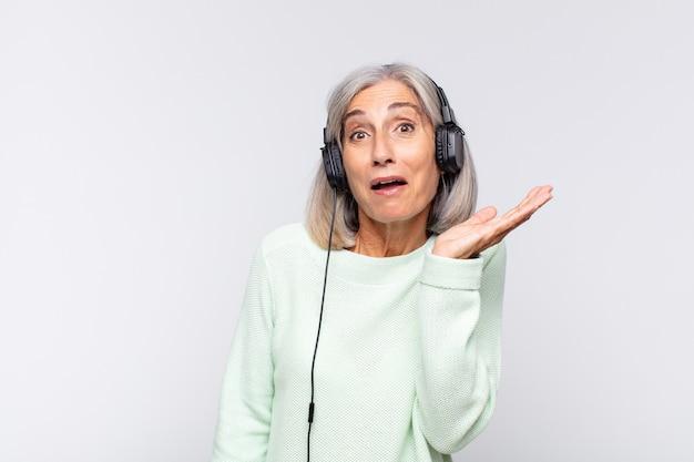 Kobieta w średnim wieku czująca się szczęśliwa, zdziwiona i wesoła, uśmiechnięta pozytywnie, realizująca rozwiązanie lub pomysł