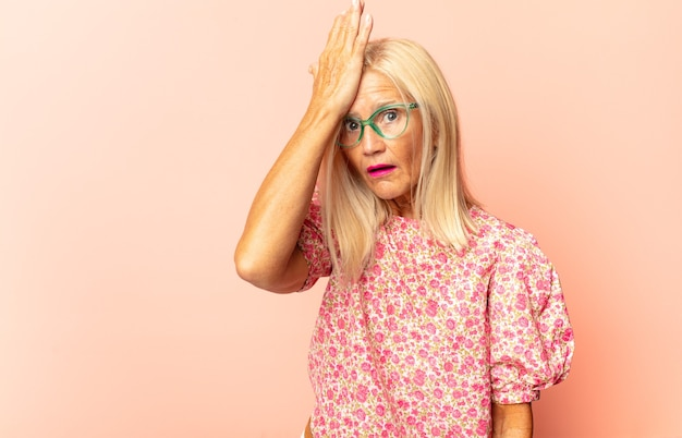 Kobieta w średnim wieku czująca się zdziwiona i zdezorientowana, niepewna co do właściwej odpowiedzi lub decyzji, próbująca dokonać wyboru