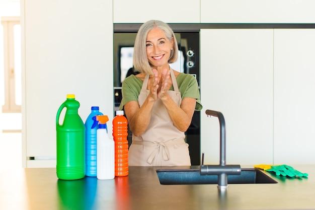Kobieta w średnim wieku czuje się szczęśliwa i odnosi sukcesy