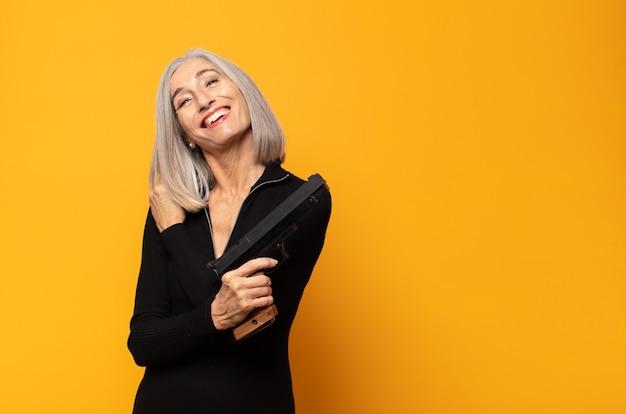 Kobieta w średnim wieku czuje się szczęśliwa, pozytywna i odnosząca sukcesy, zmotywowana, gdy staje przed wyzwaniem lub świętuje dobre wyniki