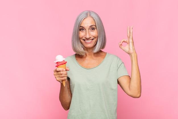 Kobieta w średnim wieku czuje się szczęśliwa, zrelaksowana i zadowolona