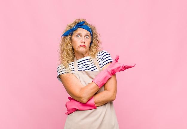 Kobieta w średnim wieku czuje się zagubiona i nieświadoma, zastanawiając się nad wątpliwym wyjaśnieniem lub myślą