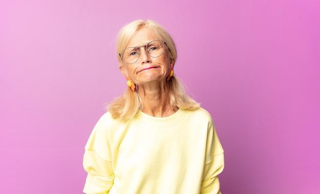 Kobieta w średnim wieku czuje się zagubiona i wątpliwa w izolacji
