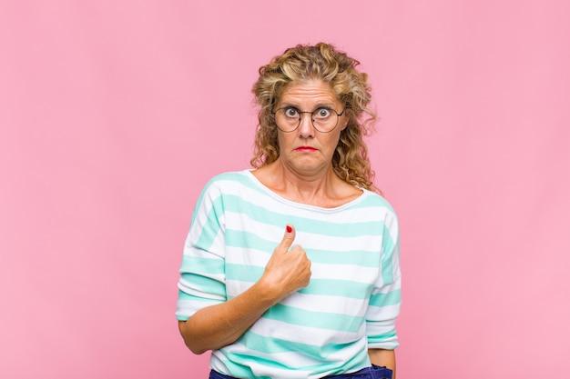 Kobieta w średnim wieku czuje się zagubiona, zdziwiona i niepewna