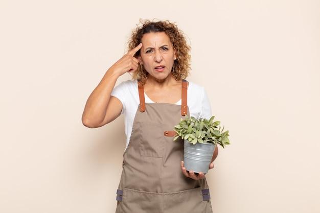 Kobieta w średnim wieku czuje się zdezorientowana i zdziwiona