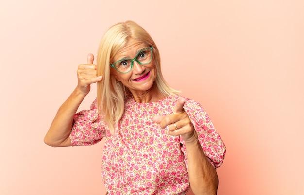 Kobieta w średnim wieku czuje się zdezorientowana, nieświadoma i niepewna, ważąc dobro i zło w różnych opcjach lub wyborach