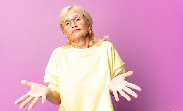 Kobieta w średnim wieku czuje się zdziwiona i zagubiona