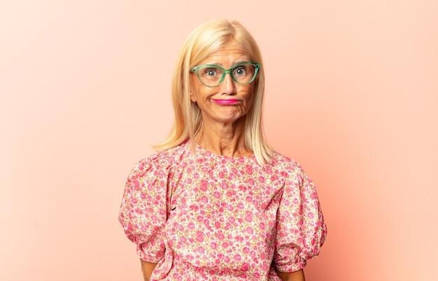 Kobieta w średnim wieku czuje się zdziwiona i zdezorientowana, odizolowana