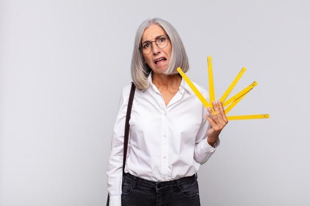 Kobieta w średnim wieku czuje się zdziwiona i zdezorientowana, z głupotą