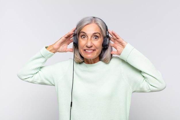 Kobieta w średnim wieku czuje się zestresowana, zmartwiona, niespokojna lub przestraszona