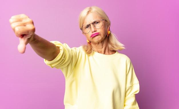 Kobieta w średnim wieku czuje się zła, zła, zirytowana, rozczarowana
