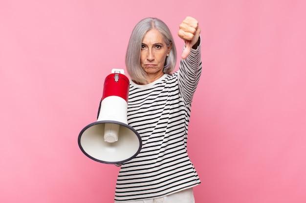 Kobieta w średnim wieku czuje się zła, zła, zirytowana