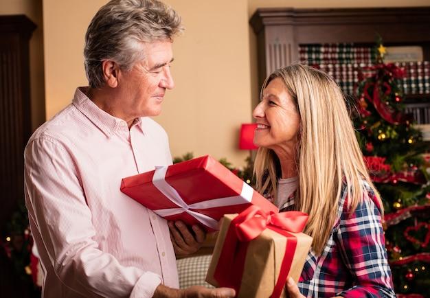 Kobieta w średnim wieku dając prezent dla mężczyzny