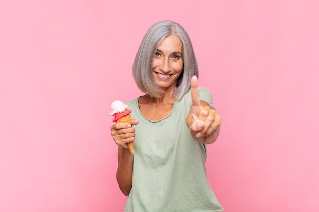 Kobieta w średnim wieku, dumna i pewna siebie, jest numerem jeden