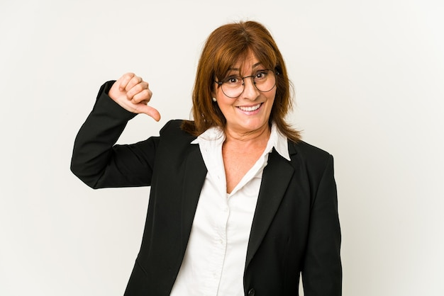 Kobieta w średnim wieku kaukaski biznes na białym tle pokazując niechęć gest, kciuki w dół. pojęcie sporu.