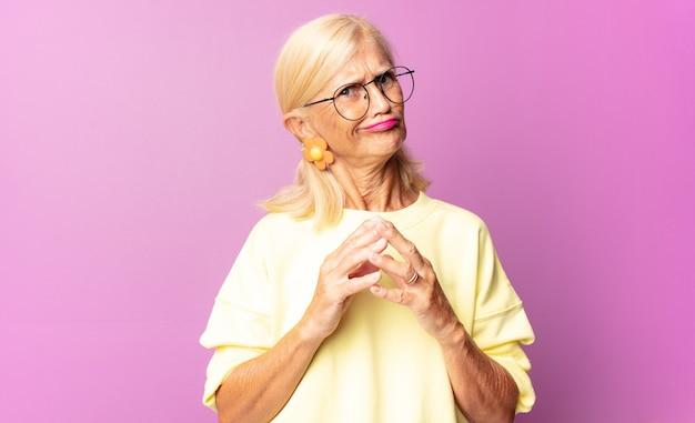 Kobieta w średnim wieku knuje intrygi i konspiruje, myśli podstępne sztuczki i oszustwa, przebiegłość i zdradę