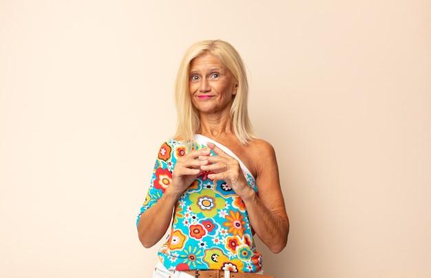 Kobieta w średnim wieku knuje intrygi i konspiruje, samodzielnie myśli przebiegłe sztuczki