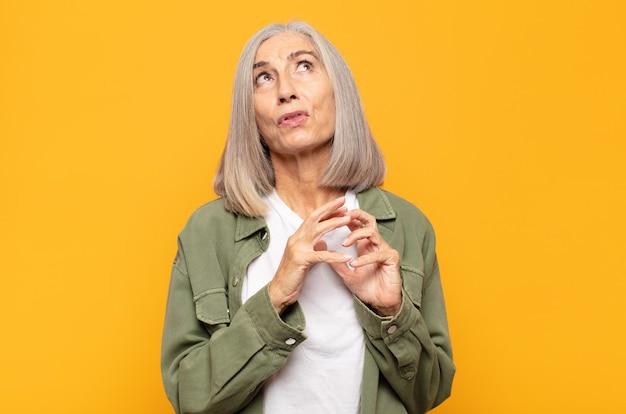 Kobieta w średnim wieku knuje intrygi i konspiruje, wymyśla przebiegłe sztuczki i oszustwa, przebiegłość i zdradę