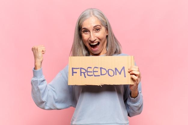 Kobieta w średnim wieku, koncepcja wolności
