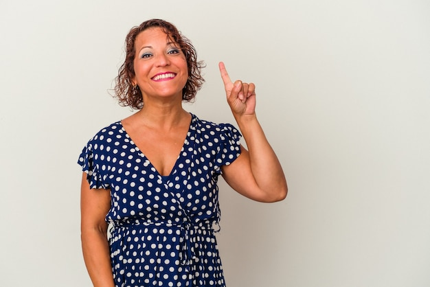 Kobieta w średnim wieku latin na białym tle pokazując numer jeden z palcem.