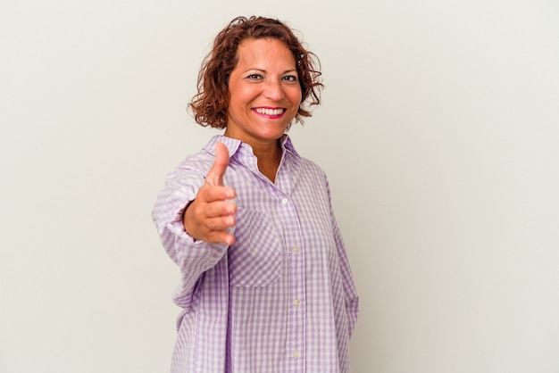 Kobieta w średnim wieku latin na białym tle rozciągając rękę na aparat w geście pozdrowienia.